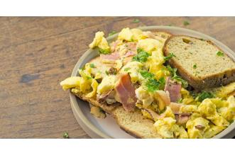 Rozijnenbrood met Scrambled Egg
